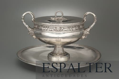 Sopera de plata antigua del siglo XVIII